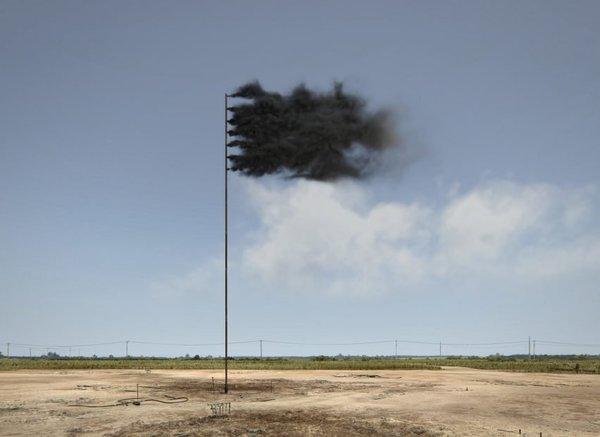 İrlanda'lı sanatçı John Gerrard, atmosferdeki karbondioksit miktarının yarattığı tehditi Western Flag adlı siyah dumandan bir bayrak simülasyonuyla vurguluyor.