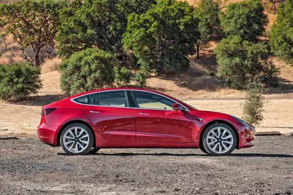 Nová Tesla Model 3 s cenou 900 tisíc Kč bez DPH