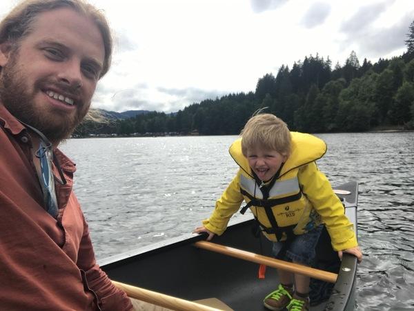 Ik had mijn kano mee. Zo moesten Maurice en ik niet zwemmen in het koude water.