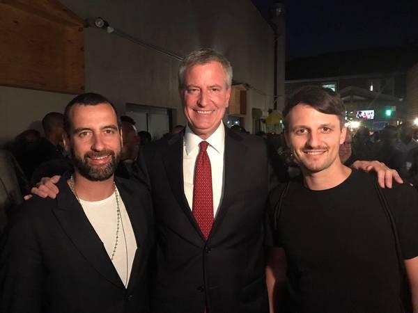 Van links naar rechts: Mirik Milan, Bill de Blasio en Lutz Leichsenring