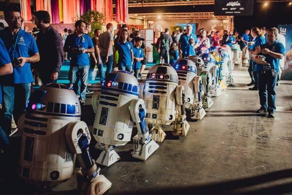 Even een parade van twintig R2-D2's, volledig met de hand gemaakt door fans.