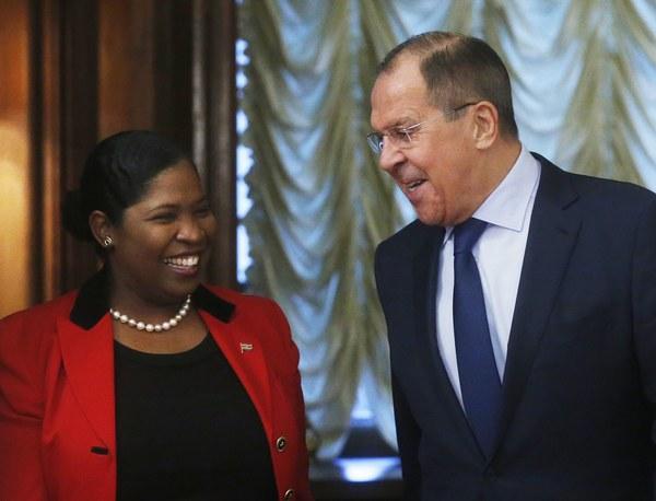 De Surinaamse  minister Pollack-Beighle op bezoek bij haar Russische ambtgenoot Lavrov