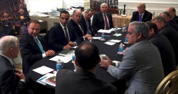 Jeff Sessions (uiterst links) met Papadopoulos (tweede van links). Foto: Trumps Instagram