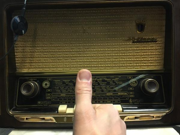 Deze mooie oude buizenmachine nu toekomstbestendig voorzien van een Chromecast audio, met dank aan Henk Dijkstra (klik op de foto voor link) voor het prepareren en solderen van een driepolige (mono) din-connector voor het aansluiten.