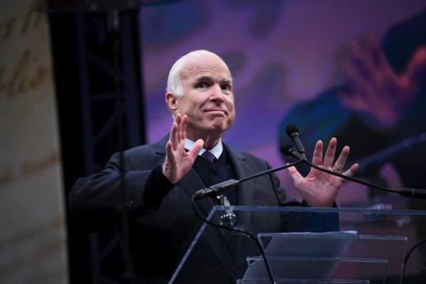 Notoire twijfelaar senator John McCain stemt voor het Republikeinse belastingplan (foto: Reuters)