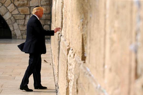 President Trump bij de Klaagmuur in Jeruzalem tijdens een bezoek aan Israël eerder dit jaar (foto: Reuters)