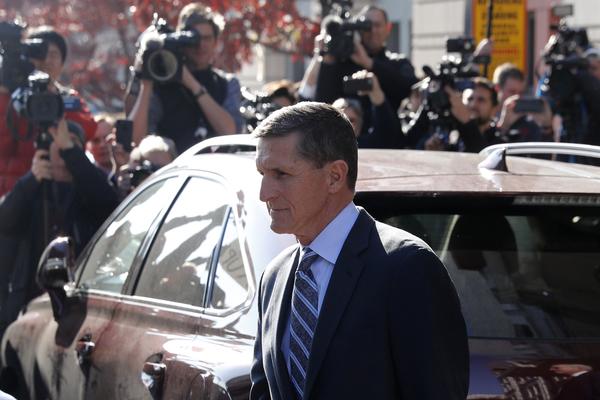Michael Flynn arriveert bij de rechtbank in Washington waar hij even later zijn schuldbekentenis voorleest (foto: Reuters)