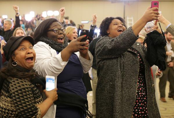 Jubelende aanhangers van Doug Jones. Zwarten vrouwen in Alabama speelden een cruciale rol bij de winst van de Democraat (foto: Reuters)