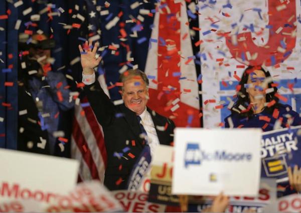 De Democraat Doug Jones viert zijn overwinning (foto: Reuters)