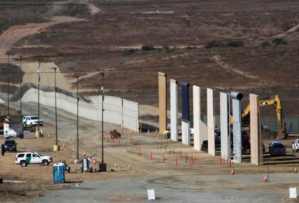 In San Diego zijn acht prototypes van de Mexicaanse muur onthuld (foto: Reuters)