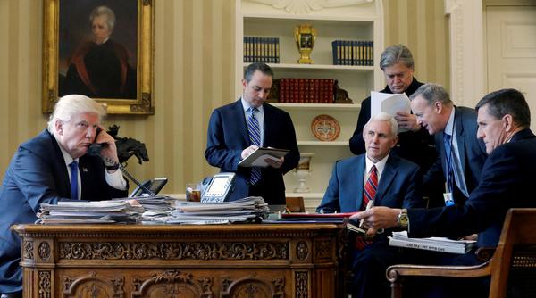Deze foto is inmiddels een klassieker. Van de zes personen op deze plaat zijn er nog maar twee in het Witte Huis (Trump en vice-president Pence). Reince Priebus (chef-staf), Steve Bannon (Witte Huis-strateeg), San Spicer (woordvoerder) en Michael Flynn (Nationale Veiligheidsadviseur) verloren allemaal hun baan in de eerste zes maanden van Trumps presidentschap (foto: Reuters)