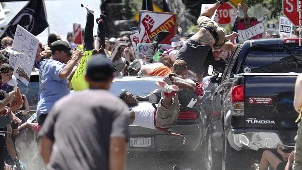 Een neo-nazi reed met zijn auto linkse tegendemonstranten omver in Charlottessville. Heather Heyer kwam daarbij om het leven (foto: Reuters)