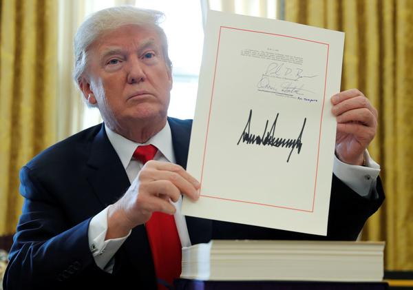 Trump tekende op 22 december de nieuwe belastingwet (foto: Reuters)