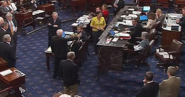 De duim omlaag van de Republikeinse senator McCain. Met zijn tegenstem mislukte een laatste poging om Obamacare te ontmantelen (foto: Congres)