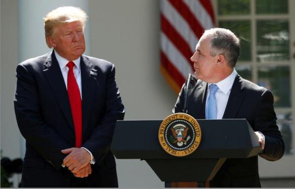 Trump maakt bekend dat Amerika uit het klimaatakkoord van Parijs stapt. Rechts de klimaatscepticus Scott Pruitt, de nieuwe baas van het milieuagentschap EPA (Foto: Reuters)