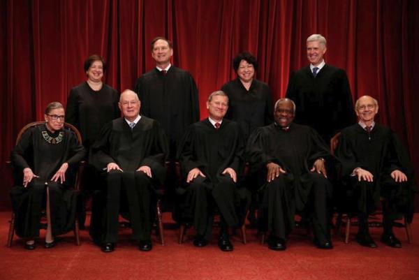 De negen rechters van het Supreme Court. Neil Gorsuch staat helemaal rechts op de achterste rij (foto: Reuters)