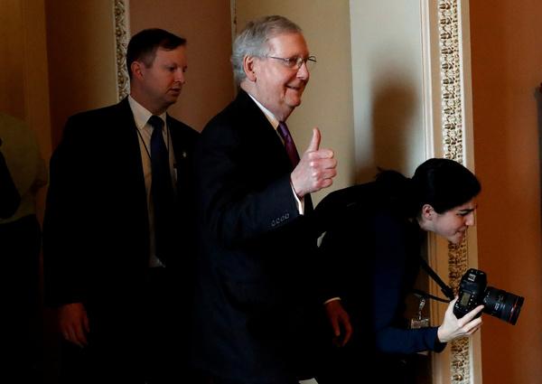 De Republikeinse Senaatsleider Mitch McConnell is blij nadat het Congres maandag een einde maakte aan de shutdown (foto: Reuters)