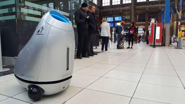 Un robot-poubelle pour aider les usagers à jeter les déchets - Robot helpt reizigers met afval