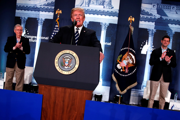 Trump spreekt partijgenoten toe op een Republikeinse bosdag in West Virginia. Links de Republikeinse Senaatsleider Mitch McConnell. Rechts Paul Ryan, de voorzitter van het huis van Afgevaardigden (foto: Reuters)