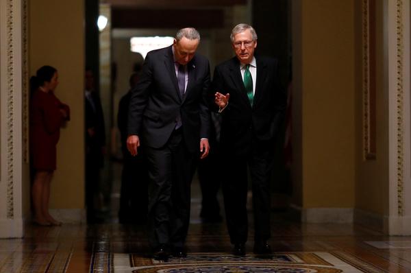 De Democratische Senaatsleider Chuck Schumer (links) en de Republikeinse Senaatsleider Mitch McConnell presenteerden woensdag een gezamenlijke begrotingsdeal (foto: Reuters)