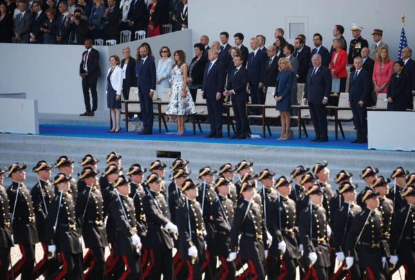 Trump en de Franse president Macron bij een militaire parade op Quatorze Juillet in Parijs (foto: Reuters)