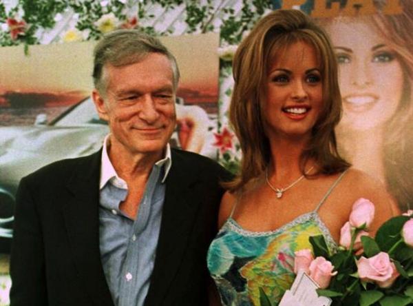 De (inmiddels overleden) Playboy-eigenaar Hugh Hefner en Karen McDougal in 1998. Dat jaar werd McDougal uitgeroepen tot Playmate of the Year (foto: Reuters)