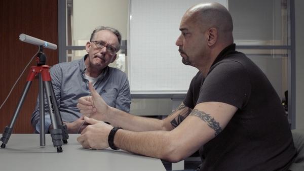 therapeut Herman Veerbeek (l) en Brian (r) / KRO-NCRV