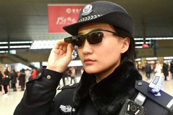 Een Chinese politie-agente met een bril met gezichtsherkenningssoftware.