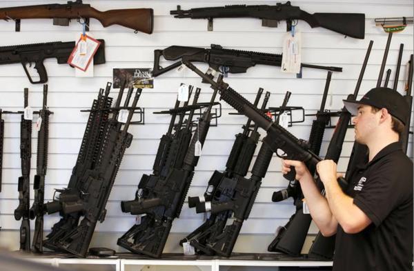 De winkelketens Dick's Sporting Goods, Walmart en Fred Meyers stoppen met de verkoop van vuurwapens aan Amerikanen die jonger zijn dan 21 jaar (foto: Reuters)