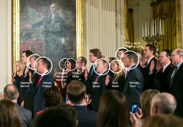 Witte Huis-medewerkers leggen op 22 januari 2017 de eed af. De omcirkelde personen zijn inmiddels opgestapt of ontslagen (foto: Reuters)
