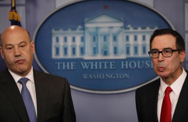 Economisch adviseur Gary Cohn (links) en minister Mnuchin van Financiën. Beide zijn vertegenwoordigers van de zogeheten globalisten in het Witte Huis. Met het vertrek van Cohn verliest deze factie haar belangrijkste vertegenwoordiger (foto: Reuters)