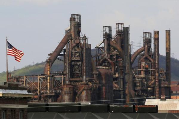 Een gesloten staalfabriek in Pennsylvania. Trump wil met importheffingen de Amerikaanse staalindustrie nieuw leven inblazen (foto: Reuters)