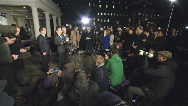 De Zuid-Koreaanse nationale veiligheidsadviseur Chung Eui-yong maakt buiten het Witte Huis bekend dat Trump de uitnodiging van Kim Jong-un accepteert (foto: Reuters)