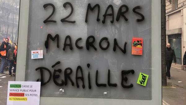"""Macron is derailing"" (Photo: @raphaellebd)"