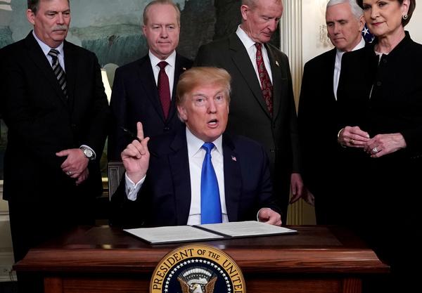 Trump ondertekent een memorandum waarmee hij nieuwe importheffingen oplegt aan producten uit China (foto: Reuters)