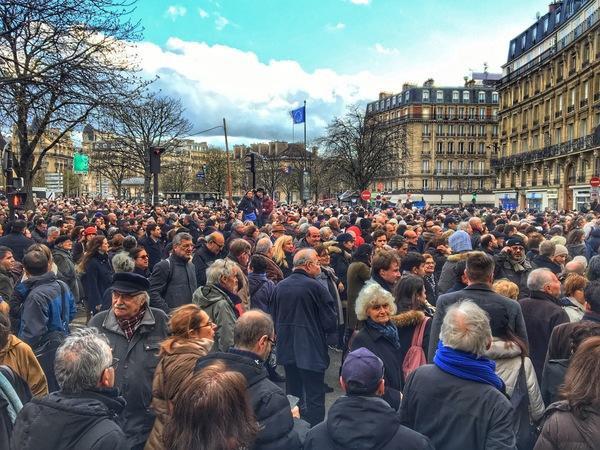 Grote opkomst bij stille mars gisteravond op de Place de la Nation in Parijs
