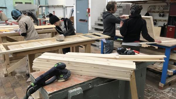 Fibr'&Co fabrique des meubles et reconstruit les jeunes - Jonge meubelmakers krijgen eerste kans op arbeidsmarkt