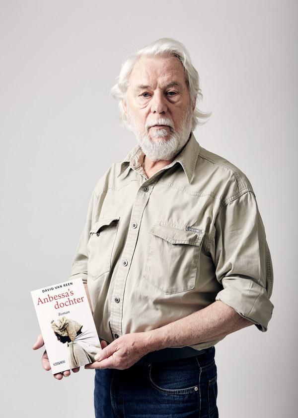 Schrijver Ton van Reen met het laatste boek van zijn zoon David