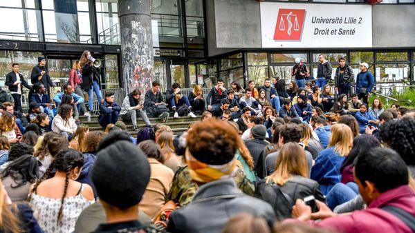 """300 étudiants devant la fac pour recevoir un diplôme """"d'agitateurs professionnels"""" - Betogende studenten geven zichzelf diploma van """"professioneel agitator"""""""
