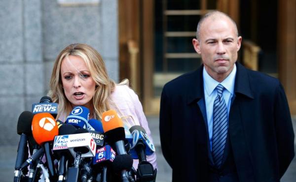Stephanie Clifford, beter bekend als pornoactrice Stormy Daniels, staat de pers te woord na de zitting van de federale rechtbank in New York (foto: Reuters)