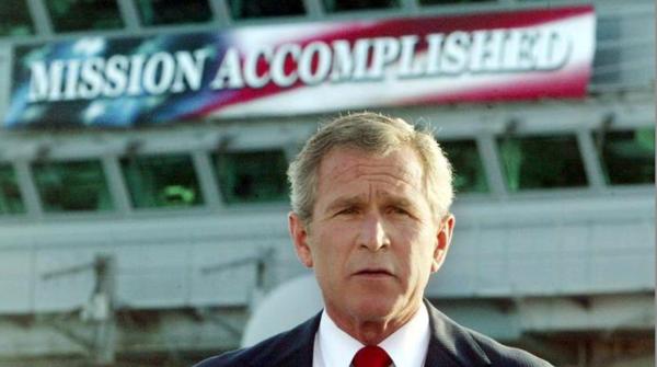 Bush verkondigde in mei 2003 dat de invasie in Irak geslaagd was. Wat volgde, waren jaren van extreem geweld en chaos in Irak (foto: Reuters)