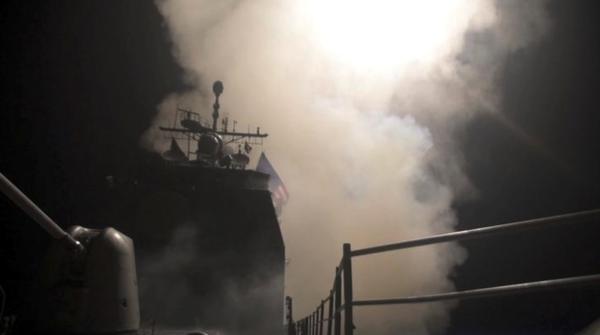 Het Amerikaanse marineschip USS Monterey lanceert kruisraketten op doelen van het Syrische regime (foto: Reuters)