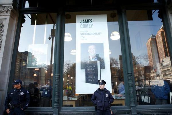 De New Yorkse politie bewaakt een boekenwinkel in Manhattan waar James Comey zijn boek signeert (foto: Reuters)