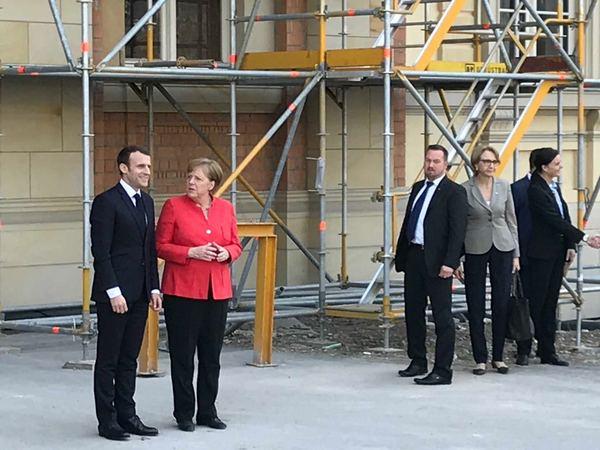 Merkel en Macron bij de verbouwing - Foto Beau Heimensen