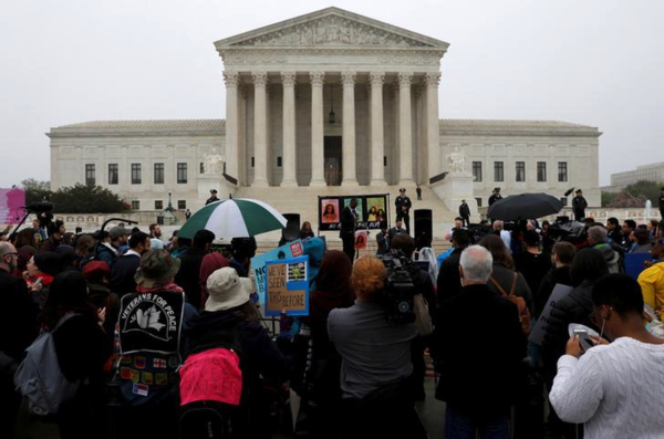 Tegenstanders van Trumps reisverbod verzamelden zich voor het Supreme Court, dat zich deze week boog over de omstreden maatregel (foto: Reuters)