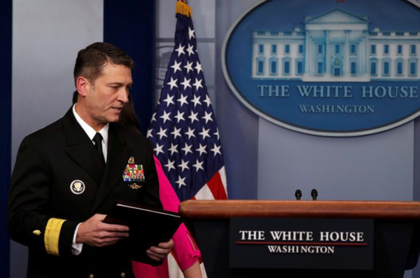 Ronnie Jackson, de huisarts van het Witte Huis, trekt zich terug als kandidaat voor het ministerie van Veteranenzaken (foto: Reuters)