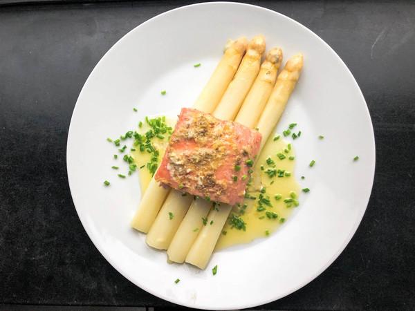 Sous vide zalm met asperges en botersaus