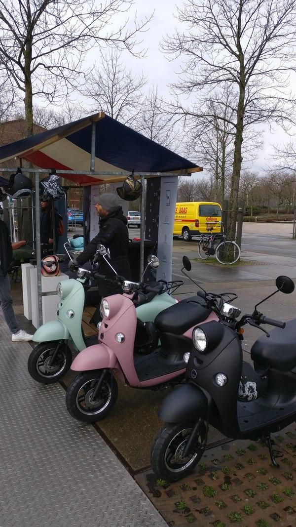 unu elektrische scooters proefrijden bij de Sunday Market, Westerpark