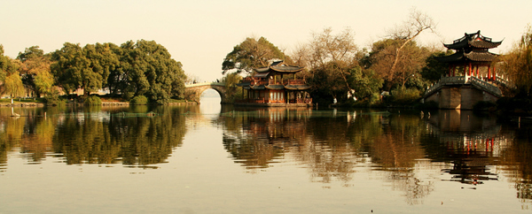 Photo of West Lake, in Hangzhou, by Mlq4296 - Own work, CC BY-SA 3.0
