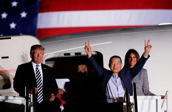 President Trump bij de aankomst van drie Amerikaanse gevangenen die zijn vrijgelaten door Noord-Korea (foto: Reuters)
